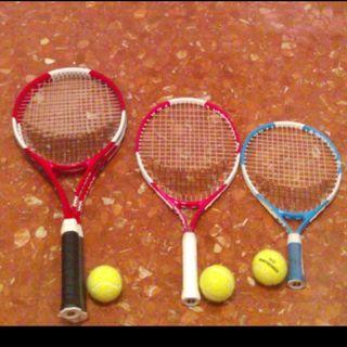 Pack de raquetas de tenis con pelotas.
