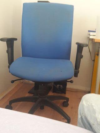 silla con ruedas para escritorio.