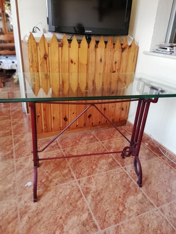 mesa de cristal macizo y patas de acero inoxidable