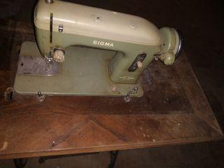 """Maquina de coser """"Vintage"""" Sigma en mesa Singer"""