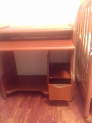 Mesa de estudio. mesa de ordenador.