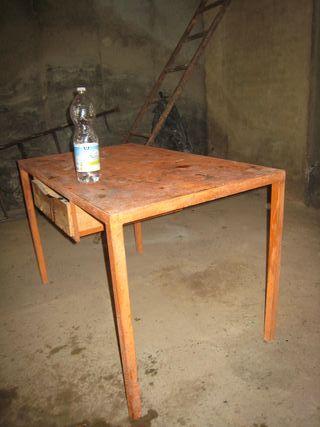mesa de trabajo de hierro.