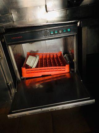 Lavavajillas y máquina hielo, sillas,restaurante