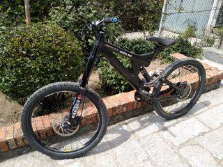 Bicicleta de descenso vendo o cambio por moto
