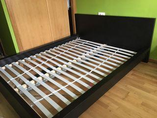 Estructura de cama completa sin colchón.