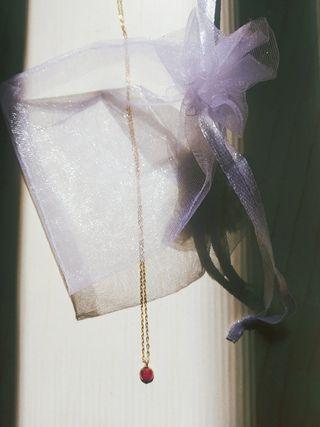 Collar chapado en oro con piedra rubí