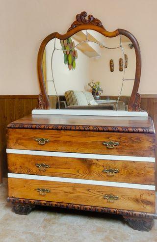 Cómoda de madera restaurada con espejo