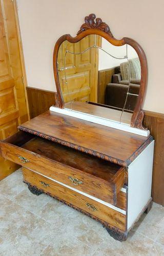Cómoda de madera restaurada con espejo.