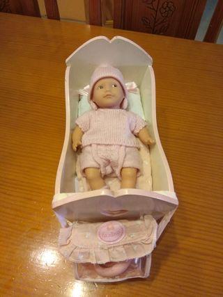 Muñeca marca Nina y accesorios.