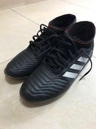 17449960 Botas de fútbol Adidas negras de segunda mano en WALLAPOP