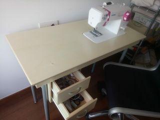 Máquina de coser integrada en mesa