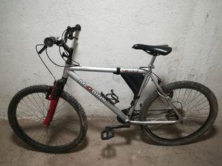 bici con casco bomba y cámara sin estrenar