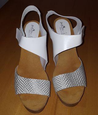 Sandalias de tacón blancas y plateadas
