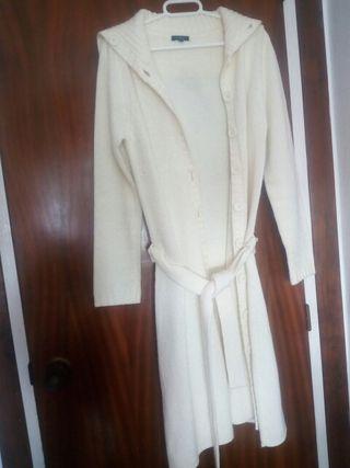 chaqueta larga y blanca