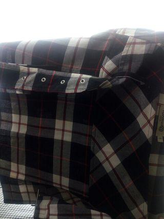 falda con cuadros negros, blancos y líneas rojas