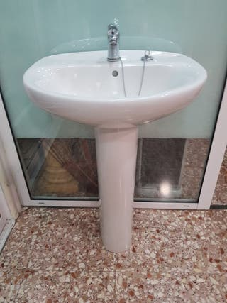 lavabo con grifo y pie
