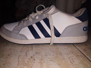 Zapatillas adidas blancas y grises