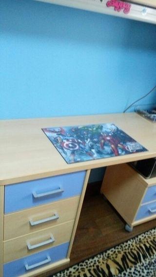 escritorio con cajones y baldas