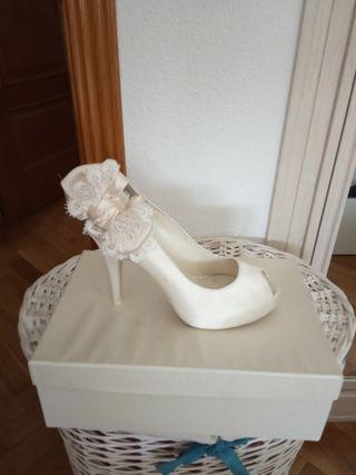 zapato novia blanco roto esta muy nuevo