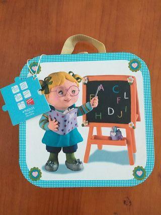 Janod maleta de 4 puzzles. Lisa juega a ser maestr