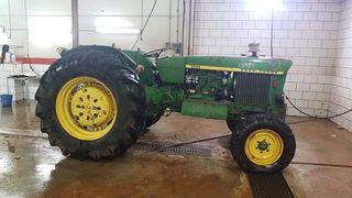 2 tractores John DEERE y remolque