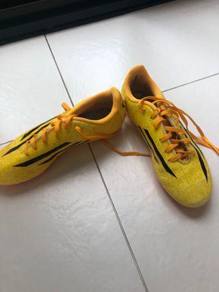 botas de futbol de tacos marca adidas