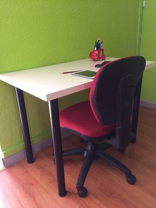 Set de dos escritorios y una silla