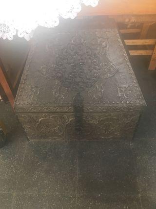 Caja muy antigua y grande en perfecto estado
