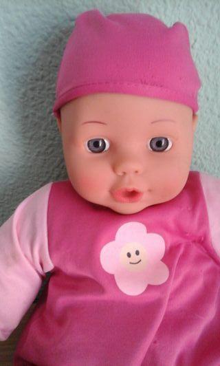Muñeco en perfecto estado con ropita de color rosa