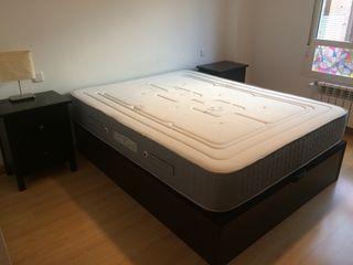dormitorio con colchón, canapé, mesitas, comoda