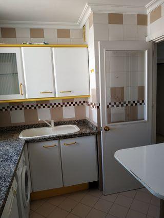 Fregadero de cocina y grifos blancos