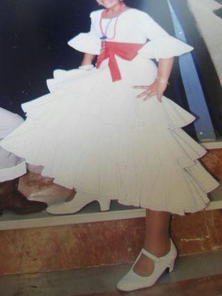 traje de niña perforado en blanco