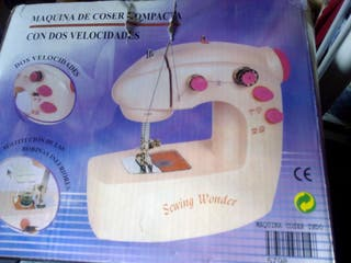Máquina de coser pequeña. A estrenar.