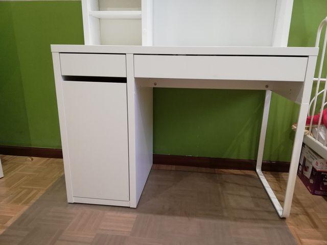 Escritorio Ikea blanco con estantería