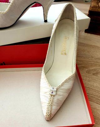 Zapato de novia en raso blanco