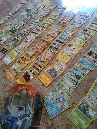 Amplia colección cartas Pokemon + Caja metálica