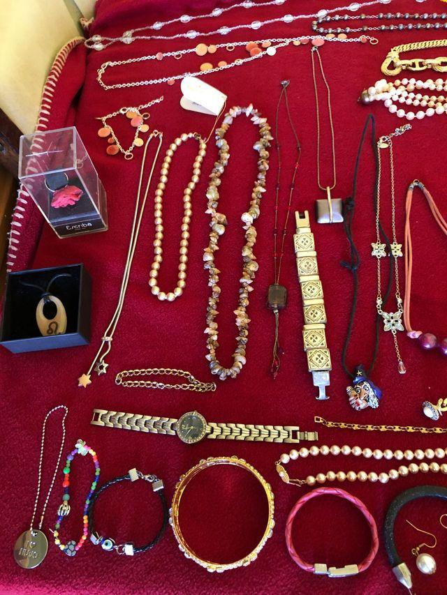 Perlas,pendientes,reloj,anillos,pulseras