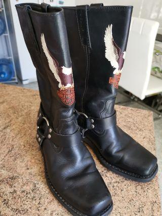 Botas de piel marca Harley Davidson.