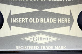 Dos dispensadores de hojas de afeitar Gillette