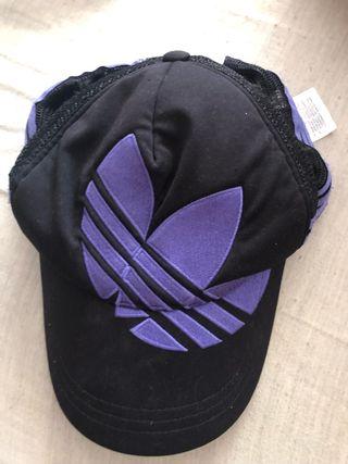 5088d759ad7c Gorra Adidas negra de segunda mano en Madrid en WALLAPOP