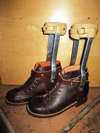 Antiguas botas ortopédicas infantiles años 50