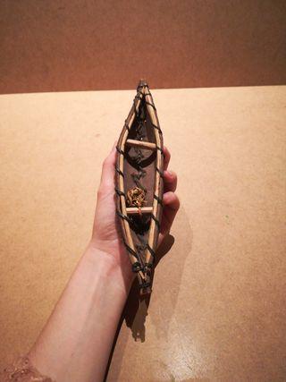 Canoa artesanal con cesta de pesca, antigua