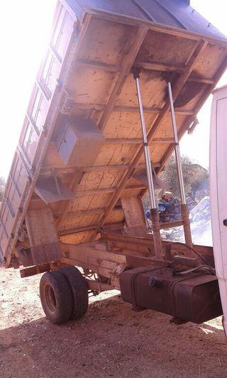 camión básculante MERCEDES 410 D en orden de trabajo con ITV recién pasada las 6 ruedas nuevas paso más fotos y información por Quasar ,674958311..
