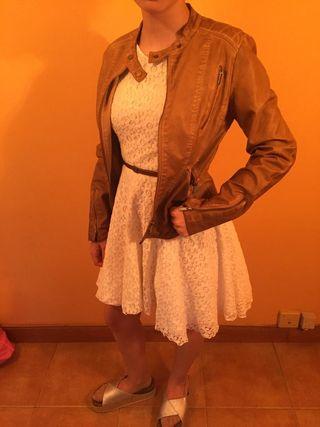 vestido beis y chaqueta polipiel