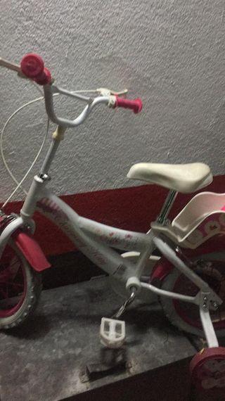 Bicicleta niña pequeña con casco.Nueva
