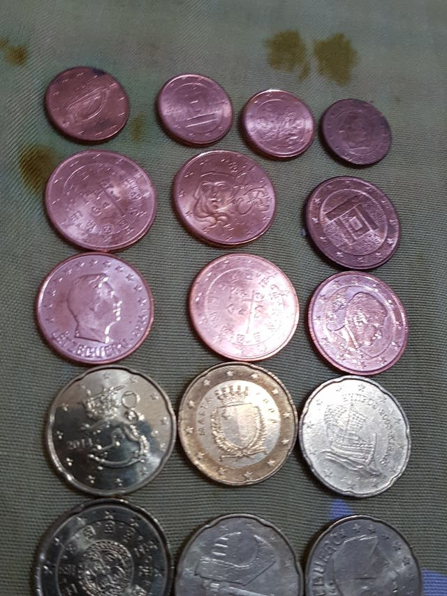 Monedas varias.