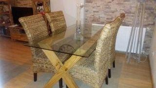 mesa cristal y sillas mimbre