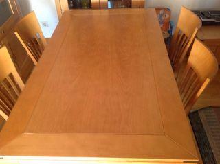 Mesa de salón de madera con cuatro sillas