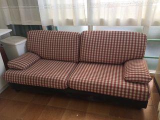 Sofa de tres plazas. Muy bien conservado