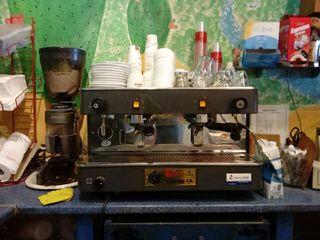 cafetera industrial y molinillo